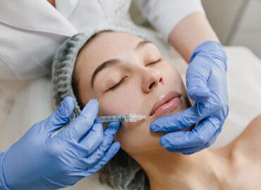 Paciente realizándose un perfilado y relleno de labios